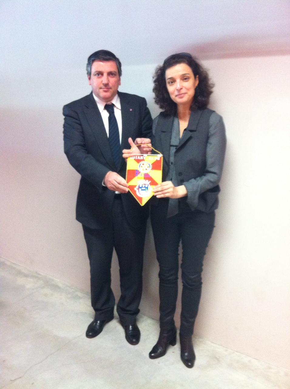 Presidente do Rotary Club de Barcelos, Miguel Marote Henriques, entrrga flâmula à cientista e vencedora do Prémio Pessoa 2013, Professora Maria Manuel Mota